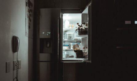 Podoba moderní chytré lednice, která je otevřená.
