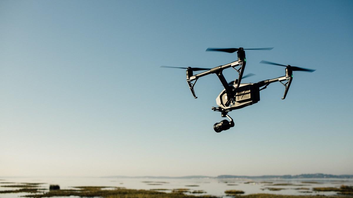 Dron vznášející se ve vzduchu právě natáčí video.