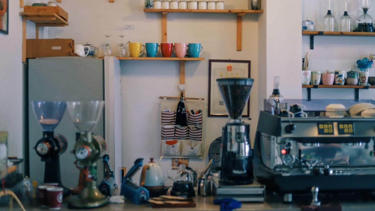 Kuchyňský robot umístěný v moderní kuchyni.