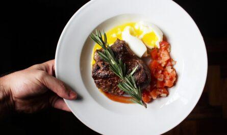 Naservírovaný talíř, který znázorňuje, jak vypadá paleo strava.