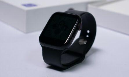 Černé smart watch plné moderních funkcí.