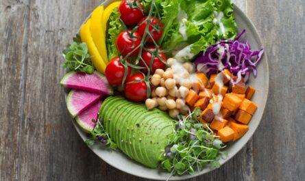 Plný talíř jídla prezentující směr zvaný vegetariánství.